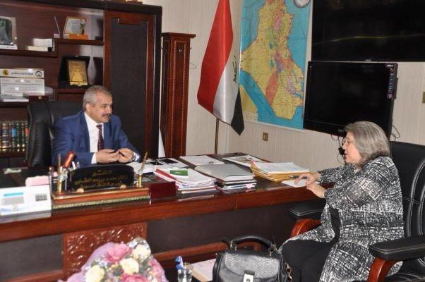 تناقش ممثلة مركز المشروعات الدولية الخاصة CIPE بالعراق؛ منى زلزلة (يمين) مشروع المركز بالتفصيل مع رئيس هيئة سلطة الحدود الدكتور كاظم العقبي في 29 أبريل 2018.